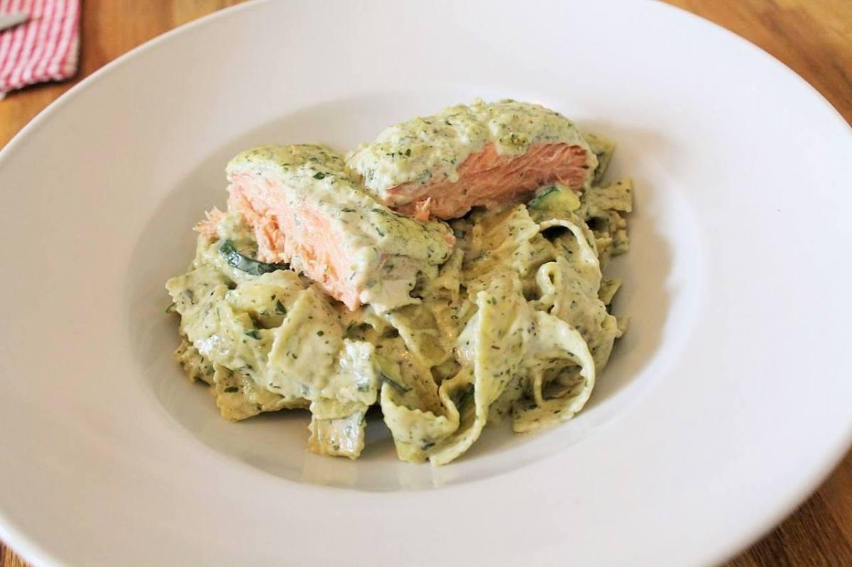 Kräuter-Lachs mit Bärlauch-Zucchini Nudeln