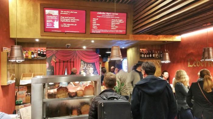 Der Andrang ist groß und die Stimmung ist hervorragend im kleinen Leberkäs-Lokal in der Operngasse 12.