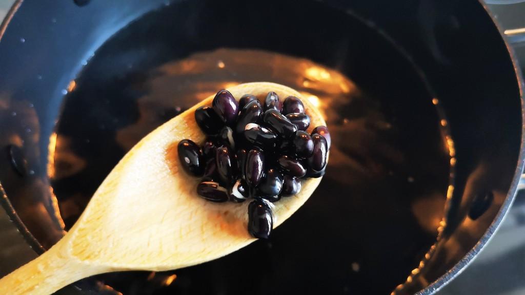 Kochlöffel mit gekochten schwarzen Bohnen
