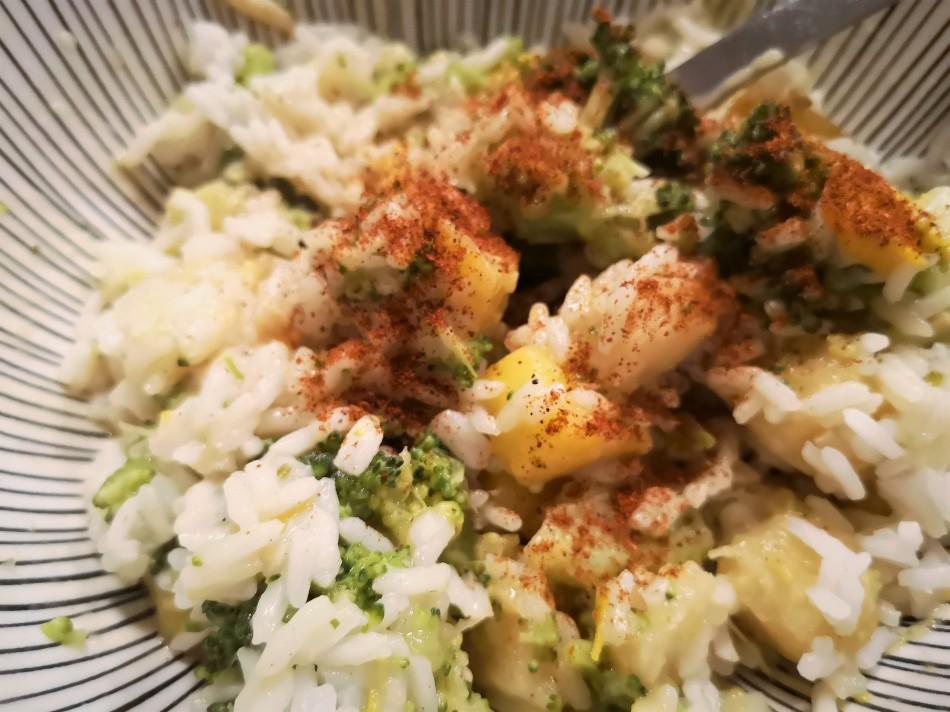Fruchtiges Maniok Curry mit Mango & Brokkoli bestreut mit Chilipulver auf Reis.