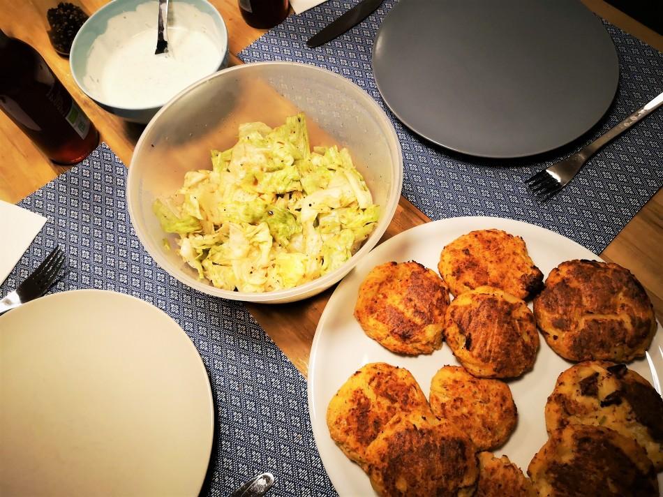 Von oben fotografiert - der gedeckte Tisch mit Karfiol-Erdäpfel-Lauch-Laibchen aus dem Backrohr, Salat und Sauce.